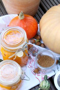 Selbstgemachtes Pumpkin Puree solltest du im Herbst immer im Kühlschrank haben - daraus lassen sich so viele leckere Rezepte kreieren! Mehr Ideen findest du auf dem Blog.