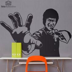 Vinilo decorativo inspirado en Bruce Lee, destacado actor, artista marcial y filósofo de origen chino nacido en Hong Kong. Es conocido como el más grande artemarcialista del siglo XX.