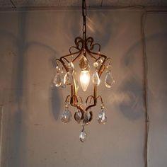 アンティークのシャンデリア/1灯|プリズムガラスがエレガントなアンティークシャンデリアです!フレームのフォルムも美しいすぎますね。クリスタルのガラスがランプに照らされてキラキラ。その光がお部屋全体に広がりシックなインテリアに仕上げてくれます!ご自宅のリビングなどにはもちろんショップのインテリアにもおススメです!