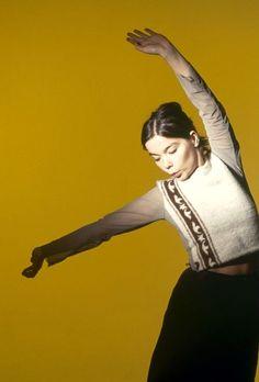 Björk photographed by Kevin Cummins The Sugarcubes, Beautiful Outfits, Beautiful Women, Mazzy Star, Mtv Videos, Bjork, Female Singers, Cummins, Pretty People