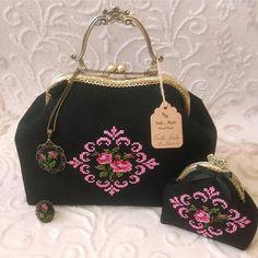 701 Synes godt om, 13 kommentarer – ✦C r σ s s S t i t c h✦ (Cathi Jill. Palestinian Embroidery, Frame Purse, Embroidery Bags, Purse Tutorial, Fabric Handbags, Cross Stitch Rose, Womens Fashion Online, Handmade Bags, Earrings Handmade