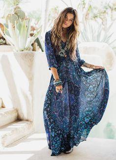 Que tal fugir do look todo branco nesse Réveillon? Esse vestido longo é perfeito para quem vai passar a virada na praia. Além disso, as tonalidades fortes de azul  são perfeitas para quem precisa melhorar a comunicação e a confiança em si mesma.