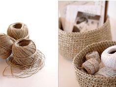Os dejamos un sencillo paso a paso para realizar una cesta o canasta en crochet con hilo de cáñamo. El resultado es muy similar a las cestas de una conocida marca Sueca de muebles y decoración del hogar.  Es muy versátil, ideal para el baño, en el dormitorio para dejar los anillos y pulseras y no perderlos, en la entrada de casa para las llaves, de frutero… ¡lo que se te ocurra! ¿Qué se necesita? Hilo de cáñamo o cuerda Aguja de ganchillo del cinco Las instrucciones puedes seguirlas en el…