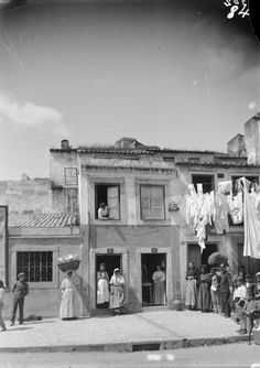 Sta. Bárbara, Lisboa (A.F.C.M.L. - 1898-1908) Old Pictures, Old Photos, Line Photography, Windsor Castle, Most Beautiful Cities, Algarve, Portuguese, Around The Worlds, Black And White