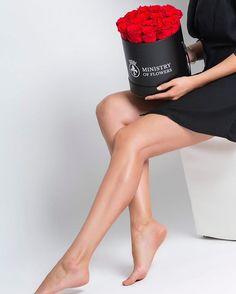Passend zum kleinen schwarzen die roten Rosen aus der Infinity Collection ✿ #rose #rosen #roterosen #infinityrosen #ministryofflowers #moflove #rosenbox #blumenbox #blumendeko #geschenke Infinity, Red Roses, Gifts, Infinite