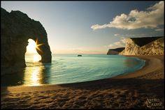"""A região de Dorset, sul da Inglaterra, é uma das mais belas regiões do país. É lá que fica a """"Durdle Door"""", essa formação rochosa jurássica incrível. Saiba mais: http://www.worldheritagecoast.net/place.aspx?place=25"""