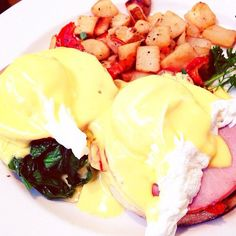 Late brunch in #lajolla #sandiego #thecottage #brunch #eggs #eggsbenedict #eggslajolla #mushroom #canadianbacon #potatoes #spinach #sundays #foodporn #igers #ig