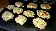 Brokolicové karbanátky bez smažení, krok 2: Rozehřejeme kontaktní gril, který potřeme mašlovačkou slabou vrstvičkou oleje (ale mělo by to jít i bez něj, pokud chcete jídlo extra zdravé). V rukou vytvoříme z připravené směsi karbanátky, které klademe na gril. Opékáme z každé strany cca 5-8 minut.