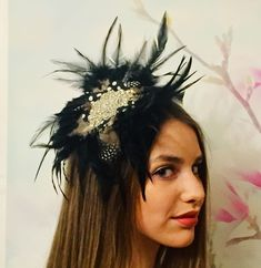 "Jennifer on Instagram: ""Isotta modeling my Black Gatsby Feather Headpiece like a pro!💗🌞🌸✨as with all my headpieces it took hours to hand make 🤲🏻1-2 days delivery 🚚…"" Feather Headpiece, Feather Hat, Like A Pro, My Black, Headpieces, Gatsby, Modeling, Delivery, Take That"