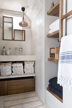 #bathroom #salledebain #concrete #beton Un très beau travail d'optimisation de l'espace et de la lumière pour un résultat à la simplicité évidente  Appartement Saint Paul  By Margaux Beja  ©Julien Fernandez