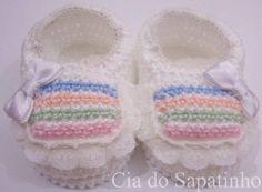 Sapatinho branco e colorido, com lacinhos e rendinhas.  Tamanho RN (0 a 3 meses).  Linha 100% algodão, maleável.  Este produto pode ser lavado. R$ 18,00