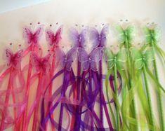 Hada de la mariposa, princesa Butterfly Wands, azul claro, con serpentinas, juego de 12  -tacos de madera cuidadosamente envueltos en cinta de raso azul clara  -cubierto con malla de mariposas con detalles de Strass y purpurina color  -una mezcla de Satén y organza serpentinas en el lado largo para una sensación caprichosa.  -acabado en parte trasera con un acento de flores pequeñas para un aspecto más pulido.  ** tubos adicionales pueden ser ordenado por $ 3-ea, por favor enviar un mensaje…