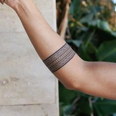 Arm Band Tattoo For Women, Tribal Band Tattoo, Hawaiianisches Tattoo, Wrist Band Tattoo, Forearm Band Tattoos, Tribal Arm Tattoos, Arm Tattoos For Guys, Maori Tattoo Arm, Armband Tattoos For Men