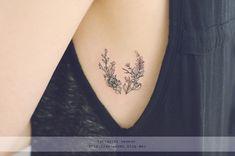 Tatuaje minimalista con flores en el pecho de una chica