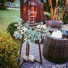 """O idee bună pentru întîmpinare a oaspeților ar fi un tablou cu urări de """"Bine ați venit"""". Din primii pași deja sunt asigurați cu o seară frumoasă și buna dispoziție 😉  Photo by @margo_black_photo  #solodecormd #decor #wedding #weddingideas #decoration #weddingaccessories #nunta #nuntainmoldova #decorflora #flowers #instadecor #weddingflowers #instawedding #floral #flowersdecor #weddingdecor #weddingdecoration #florist #decorator #instadecorator #weddingidea Wedding Decorations, Table Decorations, Ladder Decor, Photo And Video, Furniture, Instagram, Home Decor, Decoration Home, Room Decor"""