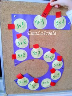 Multiplication game with pockets - from 2 to 9 - Spiel Teaching Aids, Teaching Math, Montessori Activities, Activities For Kids, Material Didático, Multiplication Games, Math Projects, 4th Grade Math, Math Facts