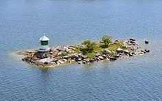 Singasten var i nordisk mytologi ett skär där Heimdall och Loke kämpade om Frejas halssmycke Brisingasmycket.  https://sv.wikipedia.org/wiki/Sk%C3%A4r_(landomr%C3%A5de)  Foto: Riksdalerskäret utanför Dalarö.