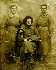 Сотник Дмитро Любименко, отаман Зелений (в центрі) та артилерист Василь Дюжанов.