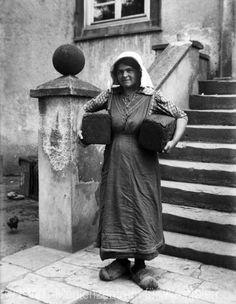 Nordrhein-Westfalen. Westfälisches Bauernmädel mit Pumpernickelbroten. ca. 1919