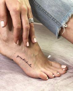 Tatuagem no pé: 100 fotos de tattoos para você se inspirar e fazer a sua Tattoo schriftzüge ideen Side Foot Tattoos, Foot Tattoos Girls, Small Foot Tattoos, Foot Tattoos For Women, Tattoo Placement Foot, Faith Foot Tattoos, Foot Tatoos, Baby Feet Tattoos, Mini Tattoos