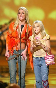 Britney and Jamie Lynn Spears Teen Choice Awards 2002 Britney Spears Young, Britney Spears Outfits, Britney Spears Sister, Britney Spears 2002, Jamie Lynn Spears, Teen Choice Awards, 2000s Fashion, Fashion Outfits, 90s Grunge Hair