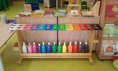 Table palette a roulettes plus courte . Preschool Classroom Setup, Classroom Decor, Reggio Emilia, Table Palette, Classe D'art, School Organisation, Coin Art, Learning Spaces, Baby Kind