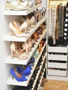 Zapatos organizados en baldas