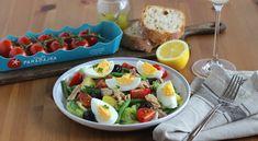 Šalát Nice pochádza z francúzskeho mesta Nice. V teplejších dňoch ho podávame ako havné jedlo. Je sýty a predsa ľahký. Šalát Nice má mnoho variácií, ... Cobb Salad, Potato Salad, Potatoes, Nice, Ethnic Recipes, Food, Potato, Essen, Meals