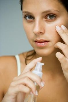 You can take great care of yourself and still deal with puffy eyes and black circles. Learn about five natural ways to soothe puffy, tired eyes that are quick, easy, and not as expensive as eye cream. Eye Stye Remedies, Dry Skin Remedies, Home Remedies, Natural Remedies, Skin Care Regimen, Skin Care Tips, Treating A Stye, Beauty Care, Beauty Hacks
