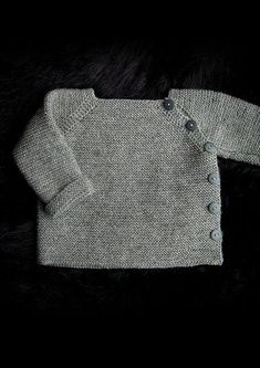Trøje med sidelukning Newborn to 3 years. Free pattern in Danish, Norwegian and. - Trøje med sidelukning Newborn to 3 years. Free pattern in Danish, Norwegian and Sweedish. Baby Boy Knitting, Baby Cardigan Knitting Pattern, Knitting For Kids, Baby Knitting Patterns, Baby Sewing, Baby Patterns, Crochet Cardigan, Couture Bb, Diy Crafts Knitting