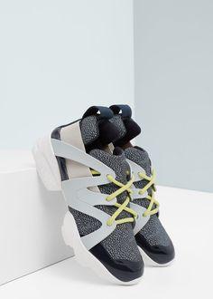 Sportovní boty z kombinovaných materiálů