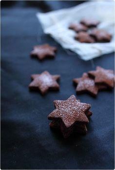 En période de Noël, j'adore faire des petits biscuits. Ceux-ci sont parfumés au cacao et fève Tonka. Cette fève se trouve dans les épiceries fines et plus