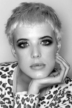 agyness deyn, definitely my top hair and beauty idol Hipster Hairstyles, Pixie Hairstyles, Pixie Haircut, Short Blonde, Blonde Hair, Short Hair Cuts, Short Hair Styles, Agyness Deyn, Playing With Hair