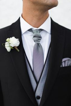 Chaleco novio gris plata con vistas y detalles en negro raso.
