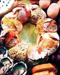 couronne de 8 petits pains différents. . véritable couronne imaginée pour célébrer ces moments de convivialité. Elle se compose de huit petits pains aux quatre saveurs différentes, quatre saveurs pour quatre moments du repas de fête : un pain au curry et aux céréales qui accompagnera le foie gras, un pain à la farine de pois chiche et citron qui magnifiera un poisson ou des huîtres, un pain tradition pour les viandes et un pain à la farine de châtaigne pour le fromage…