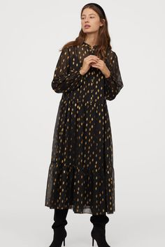 Long dress in airy, patterned, lightly crinkled chiffon with a narrow stand-up collar, buttons at the top and long sleeves with covered elastication at the Fashion Art, Boho Fashion, Fashion Outfits, Holiday Outfits Women, Holiday Dresses, Nye Dresses, Zara Outfit, Black Pattern, Fashion Company