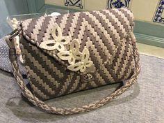 Borsa su rete Crotchet Bags, Knitted Bags, Canvas Purse, Canvas Handbags, Diy Handbag, Diy Purse, Plastic Canvas Crafts, Plastic Canvas Patterns, Net Bag