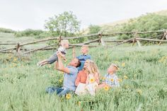 Fun and candid family pictures taken in summer wildflowers! Utah family photographer, Photography by Tasha Rose, What to wear for family pictures. Family Picture Poses, Family Photo Outfits, Family Photo Sessions, Family Posing, Family Pictures, Summer Family Photos, Outdoor Family Photos, Cute Family, Beautiful Family