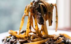 5 receitas irresistíveis de alho negro - http://superchefs.com.br/5-receitas-irresistiveis-de-alho-negro/ - #AlhoNegro, #AlhoNegroDoSítio, #BurgerComAlhoNegro, #Lista, #Midia, #PatoComAlhoNegro, #PizzaComAlhoNegro, #RisotoComAlhoNegro, #SalmãoComAlhoNegro
