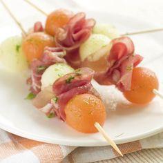 Brochettes de melon, mozzarella et jambon cru – Ingrédients de la recette : 1 melon de cavaillon, des petites billes de mozzarella, quelques tranches de jambon cru