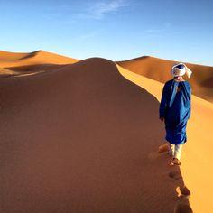 """""""Hamid nos lleva por donde las dunas se cortan por el viento. Es más fácil caminar por aquí.."""""""