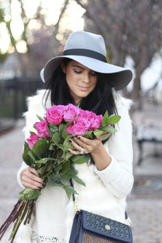 There is no doubt that flowers can help you expressing your hidden love, emotions and feelings for your loved one. If you want to make your husband feels positive about you, it is time to send him flowers online. Girls With Flowers, Flowers For You, Send Flowers, Color Splash, Color Pop, Beautiful Girl Image, Indian Girls, Beauty Women, Flower Power