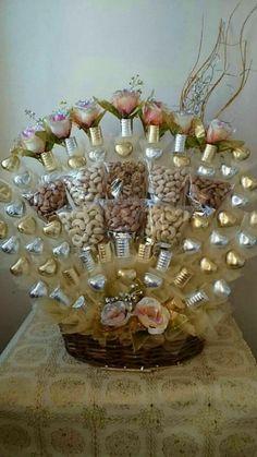 más y más manualidades: Crea hermosos arreglos con corazones de chocolate Diy Bouquet, Candy Bouquet, Valentines Diy, Valentine Day Gifts, Wedding Crafts, Wedding Decorations, Chocolate Navidad, Chocolate Gifts, Chocolate Wrapping