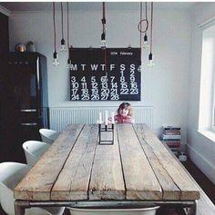 裸電球ペンダント  ラスティックなテーブルにはどんなインテリアがあうの?   folk