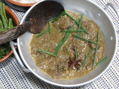 Wat zullen we eens eten vanavond? Iedere dag in de Volkskrant een verrassend recept. Vandaag: Rendang (hoofdgerecht voor 6-8 personen).