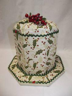Porta panetone em MDF, forrado em tecido, decorado com fitas, sianinha, botões, flores de fuxico, e frutas natalinas. Serve para o panetone de 500 gramas Execução: Atelier da Ponte R$ 45,00
