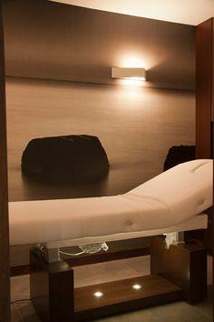 La sala de tratamientos con la camilla de masajes en primer término. #SpaDentalMacía