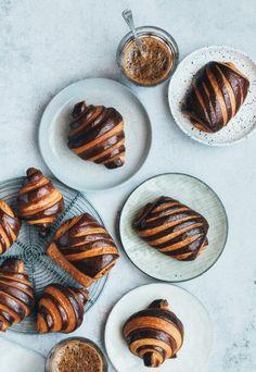 Croissants bicolore al cioccolato Pastry Recipes, Baking Recipes, Baking Tips, Pie Dessert, Dessert Recipes, Donuts, Croissant Recipe, Bakery Menu, Homemade Pastries