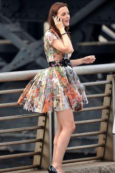 Blair Waldorf usando un vestido pomposo con distintos colores