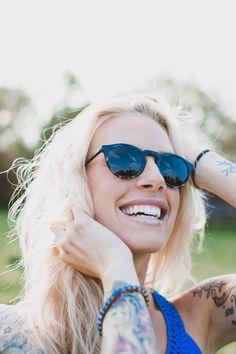 """Waiting for the sun! Kathi trägt die blendwerk-Sonnenbrille 20047 """"Schobüll"""" in blau. Die Panto-Form wirkt hier super weiblich und trotzdem cool."""
